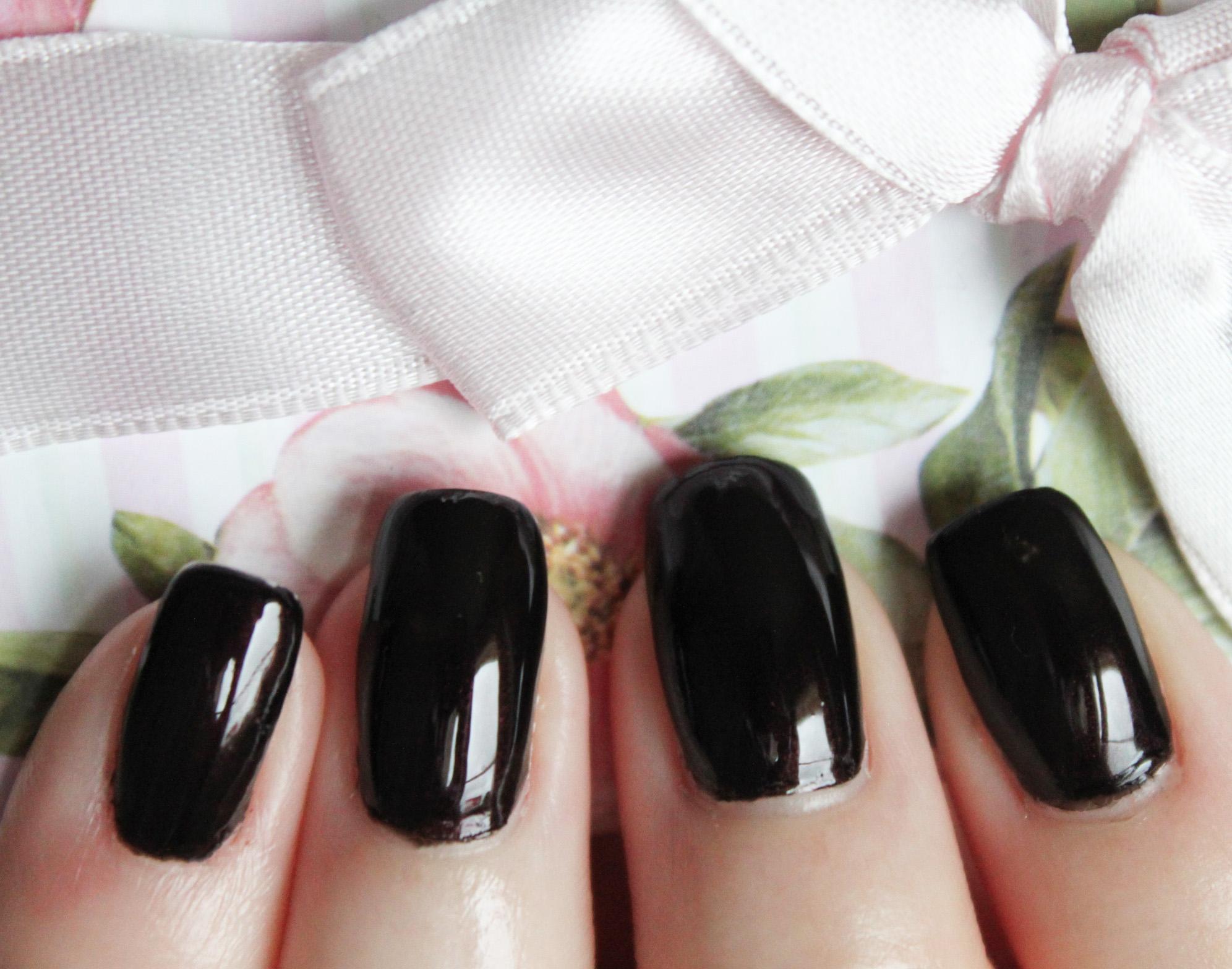 Quelle couleur vernis avec robe noire